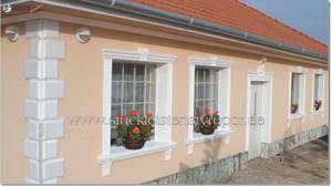 Fassadenverzierung Gesims Fensterumrandung