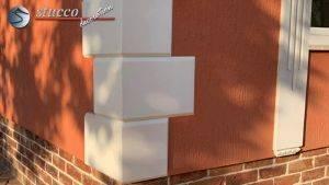 Die Gehrschnitte der Bossenplatten ergeben zusammengesetzt eine 90-Grad-Ecke