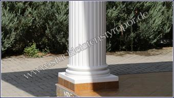 Beschichteter und weiß gestrichener Säulenfuß mit Fliesen am Sockel