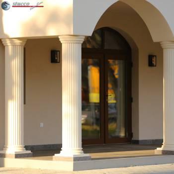 Dekosäulen mit stufigem Kapitell