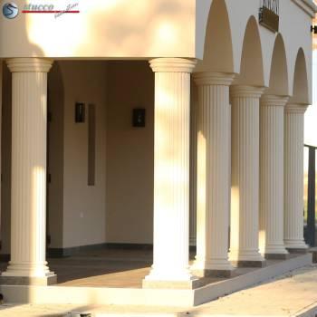 Beschichtete Dekosäulen mit kanneliertem Säulenschaft