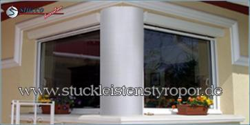 Fensterverzierung mit glatten Säulenschaftelementen