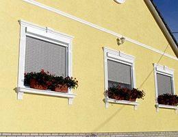 Stuck Fassade mit Stucksäule und diversem Außenstuck