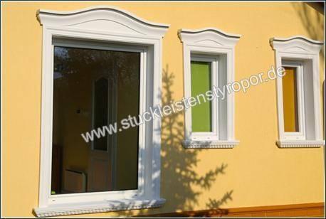 Fensterverzierung mit Fenstergiebel, Fensterbänken und Fassadenprofilen