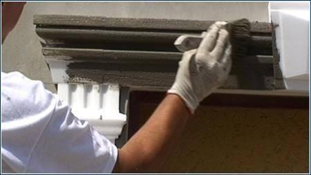 Unbeschichtete Fensterverzierung mit Flexkleber und breitem Pinsel beschichten