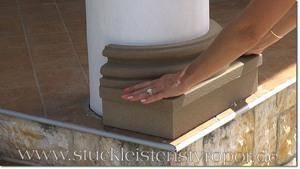 Beschichteten Säulenfuß an Betonsäule ankleben