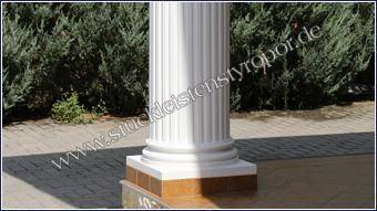 Weiß gestrichener Säulenfuß mit Fliesen am Sockel an beschichteter Säule