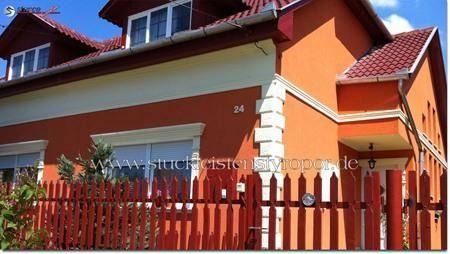 Abwechslungsreich gestaltete Hausfassade mit 3D Zahlen aus Styropor als Hausnummer
