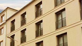 Fensterverzierung an der Hausfassade