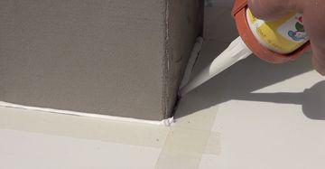 Spalt zwischen Aluminiumfensterbank und Fensterlaibung schließen