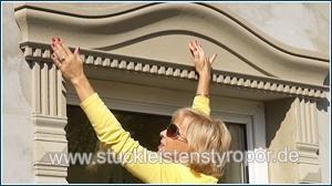 Bogenbekrönung mit Zinnenmuster am Fenstersturz ankleben