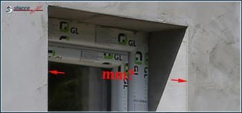 Verputzte Fensterlaibung bereit zum Ausmessen für die Fensterverzierung
