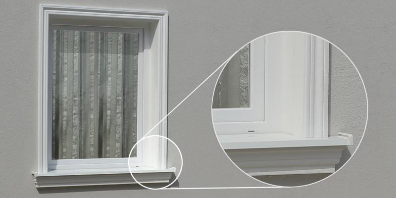 Fensterverzierung mit Fenstergiebel, Fensterbänken und Laibungsverkleidungsprofilen