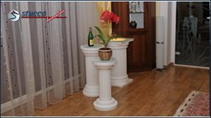Säulen verschiedener Größe und mit unterschiedlich gestaltetem Kapitell und Säulenfuß