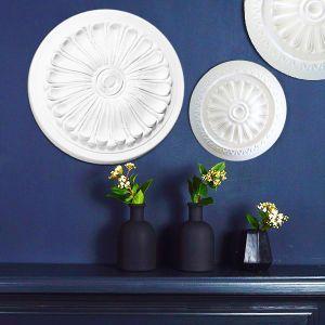 Wandgestaltung mit verschiedenen Stuckrosetten aus Styropor