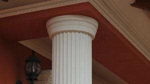 Beschichtetes, dorisches Kapitell an Styroporsäulen mit Kunstharz-Quarzsand-Beschichtung