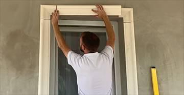Zierleisten für die Fensterumrandung und Fensterbankprofil einbauen