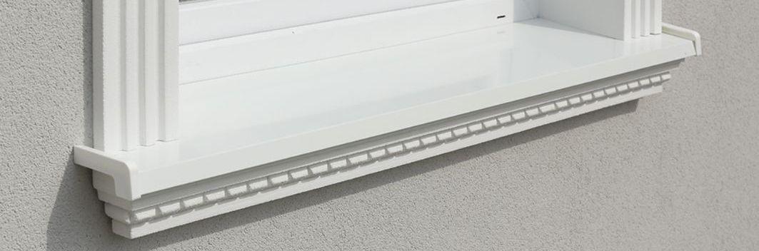 Fensterstuck mit Walmdach-Muster