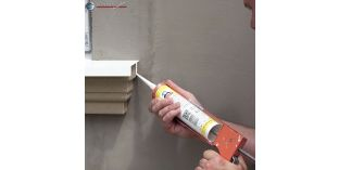 Systemkleber für Stuckleisten aus Styropor in einer praktischen Kartusche lässt sich leicht auftragen