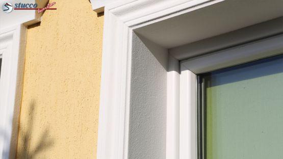 Fensterlaibung mit Stuck