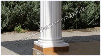 Dorischer Säulenfuß weiß gestrichen und mit fertig gefliestem Sockel