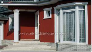 Fassadengestaltung mit Dekosäule und Fassadenprofilen zur Fensterverzierung
