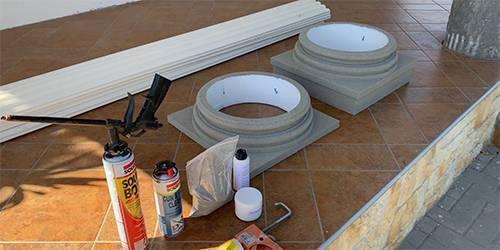 Vorbereitungen zur Säulenverzierung im Außenbereich